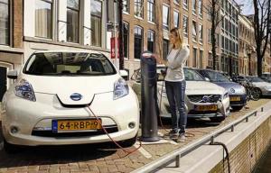 cargando un auto electrico